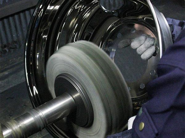 調理器具の内側の研磨も機械で行うことが可能です。