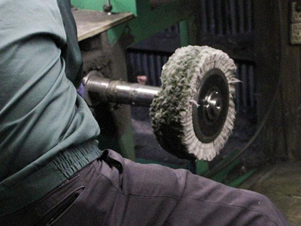 20台の研磨機が職人の手磨きを再現します。