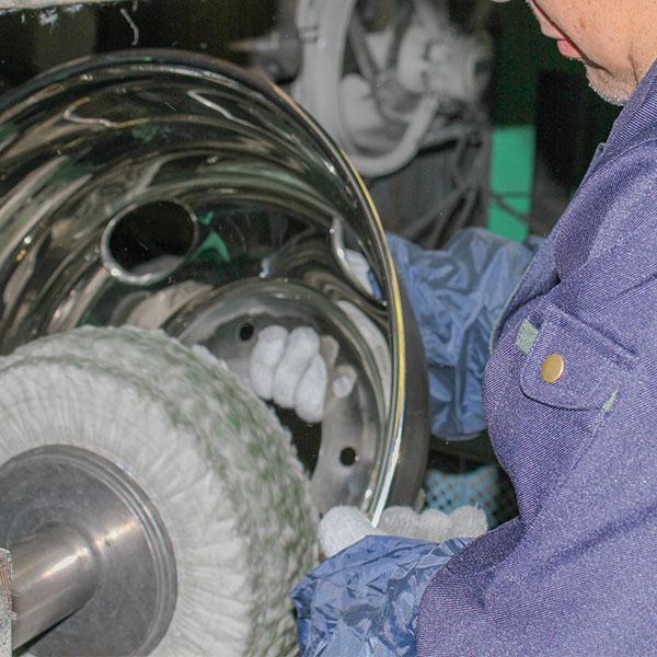 職人の手磨きを再現する独自の技術